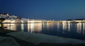 Pobřeží města Chora v noci na ostrově Mykonos